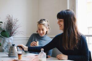 Mathilde et Roxanne cofondatrice des tasses comestibles Petites Françaises